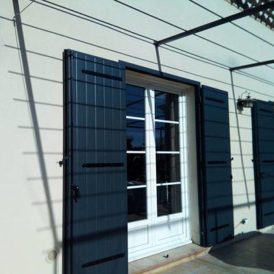 Pose de volets battants aluminium isolés sur cadre rénovation, couleur RAL 7016 finition fine structure